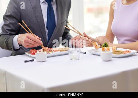 Nahaufnahme von paar Sushi-Essen im restaurant - Stockfoto