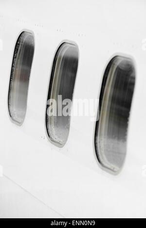 Flugzeug-Fenster in einer Reihe mit Regen fällt auf Sie - Stockfoto