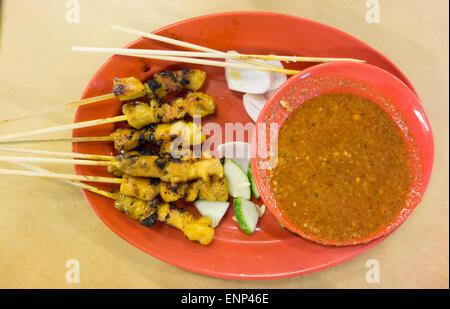 Leckere gegrillte asiatische Hähnchen-Satay mit pikanter Erdnuss-sauce
