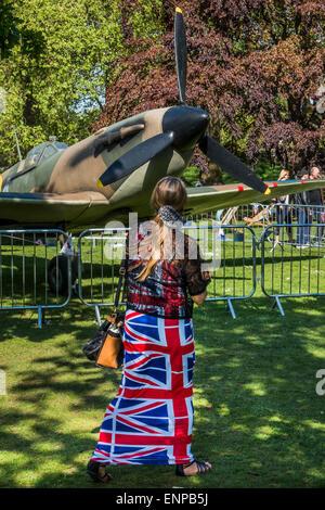 London, UK. 9. Mai 2015. Ein Spitfire und eine Frau in einem patriotischen Outfit in St James Park. VE Tag 70 Gedenkfeiern - Stockfoto