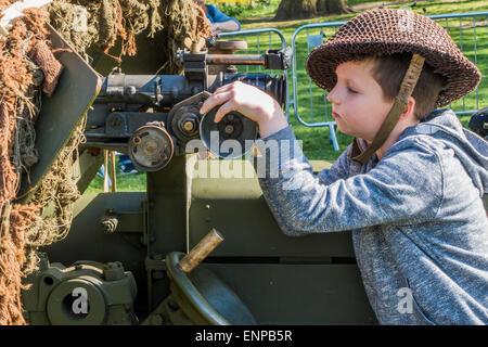 London, UK. 9. Mai 2015. Ein russischer Junge hat einen gehen auf eine 17 Pounder Anti-Tank Waffe im St. James Park. - Stockfoto