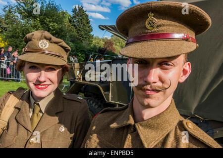 London, UK. 9. Mai 2015. Eine Frau in einem Zeitraum von den ATS Posen mit einer Portion Life Guard Soldat auch - Stockfoto