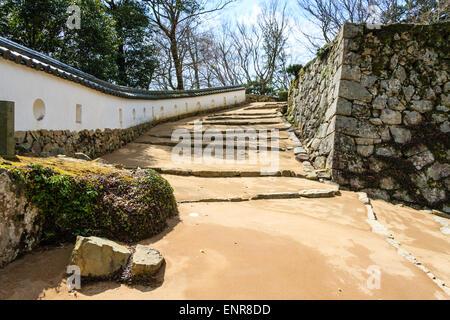 Japan, Takahashi, Bitchu Matsuyama Castle. OTE-Yaguramon Tor, Stufenweg führt hinauf zum Keep mit Neribei dobei - Stockfoto