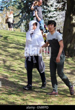 Ein junges Asian paar bei einem Spaziergang im Park. - Stockfoto