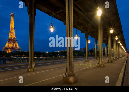 Bir-Hakeim-Brücke mit Eiffelturm über Paris, Frankreich - Stockfoto