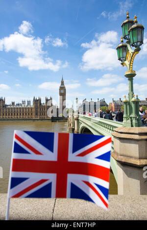 Palast von Westminster und der Elizabeth-Turm, bekannt als Big Ben, gesehen von der Südseite der Westminster Bridge, - Stockfoto