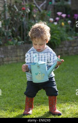 London, UK. 11. Mai 2015. UK-Wetter. Bild zeigt 18 Monate alte Dexter Gilbert seine Eltern Gartenbewässerung im - Stockfoto