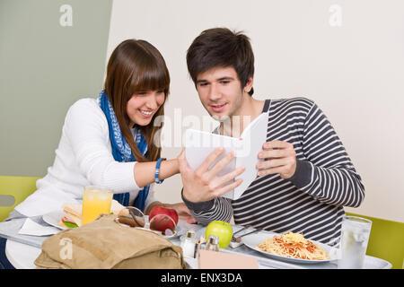 Mensa - Jugendliche mit Mittagspause - Stockfoto