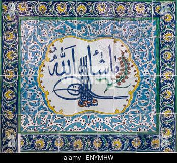 17. Jh. Iznik-Fliesen mit Isamic Kalligrafie im Harem am Topkapi Palast, Istanbul, Türkei. - Stockfoto