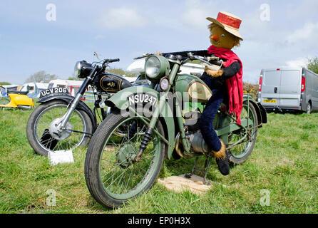 Ein Oldtimer BSA-Motorrad mit einer Vogelscheuche drauf sitzen - Stockfoto