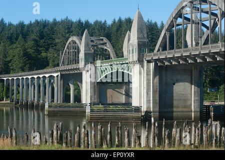 Siuslaw River Zugbrücke in Florence, Oregon, USA - Stockfoto