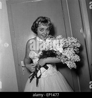 Die deutsche Schlagersängerin, Plant und Jazzsängerin Dany Mann (?) mit einem Blumenstrauß, Deutschland 1950er Jahre. - Stockfoto