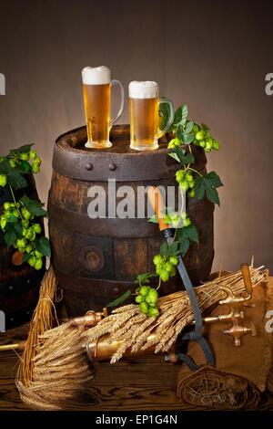 zwei Gläser Bier mit Hopfen und Gerste - Stockfoto