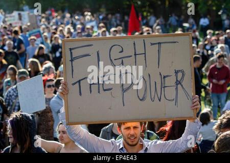 Bristol, UK, 13. Mai 2015. Ein Demonstrant hält gegen Sparpolitik Plakat während der Nein zu Kürzungen Protestmarsch - Stockfoto