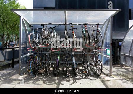 Zwei Ebene Fahrrad-Parken an der Euston Station, London, England - Stockfoto