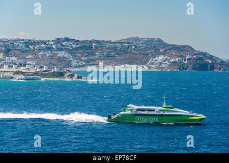 Hellenic Seaways fliegenden Katze schnell Fähre verlassen Mykonos mit den berühmten Windmühlen im Hintergrund - Stockfoto