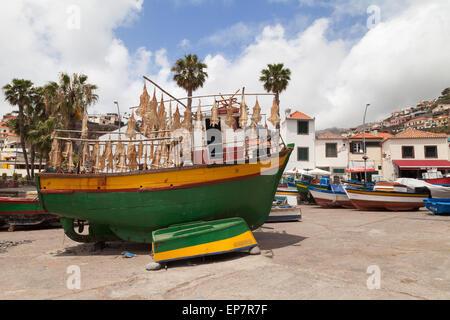 Bunte Fischerboote mit getrocknetem Fisch im Hafen, Camara de Lobos Dorf, Madeira, Europa - Stockfoto