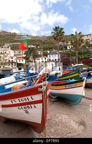Bunte Fischerboote im Hafen, Camara de Lobos, Madeira, Europa - Stockfoto