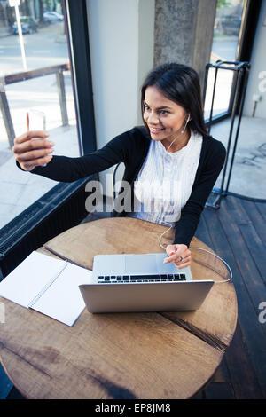 Fröhliche Geschäftsfrau, Selfie Foto auf Smartphone im café - Stockfoto