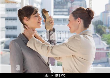 Geschäftsfrau erwürgt, eine andere, die mit ihrem Schuh Verteidigung - Stockfoto