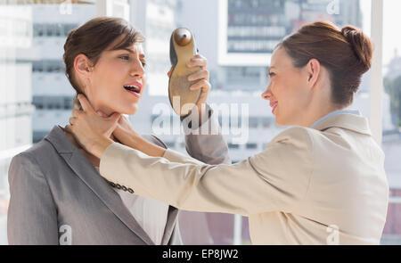 Verteidigen sich von ihrer Kollegin erwürgt sie Geschäftsfrau - Stockfoto