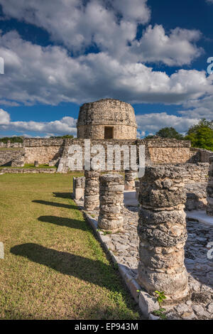 Spalten im Plaza El Templo Redondo (gerundet Tempel), Maya Ruinen in mayapan archäologischen Ort, Yucatan, Mexiko - Stockfoto