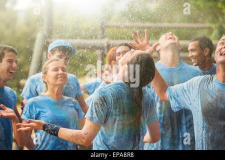 Begeisterung-Team genießen Regen Bootcamp - Stockfoto