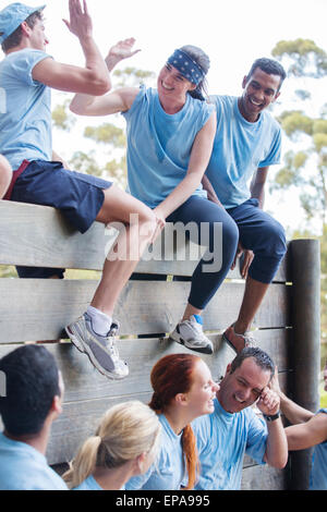 Team-Feier-Wand-Bootcamp-Hindernis-Parcours - Stockfoto