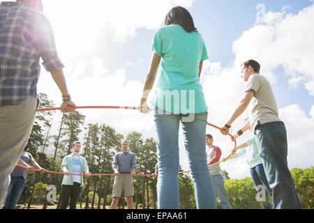 Team Bildung verbundenen Kreis Kunststoff hoop - Stockfoto