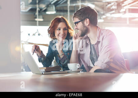 Casual Business Laptop Menschen arbeiten - Stockfoto