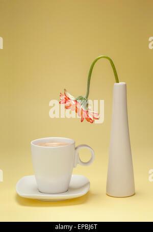 Durstige Blume beugte sich über eine Tasse Kaffee - Stockfoto