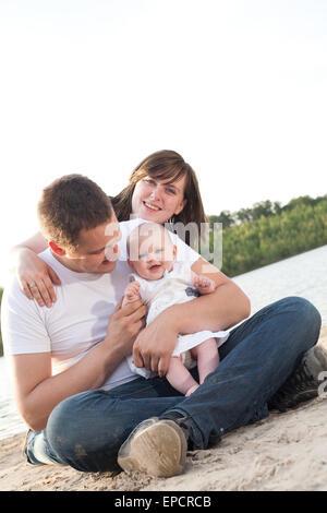 Junge Familie haben einen Ausflug im Urlaub - Stockfoto