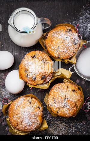 Hausgemachte Muffins mit Backzutaten Stockfoto