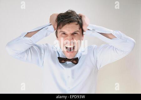 emotionales Porträt attraktive schreienden Mann auf weißem Hintergrund, Business-Konzept - Stockfoto