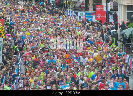 Marathonläufer laufen vorbei die Cutty Sark, Greenwich - Stockfoto