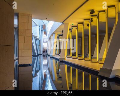 Stiftung Louis Vuitton zeitgenössische Kunst Galerie Interieur in Paris. Frau in Olafur Eliasson Grotte - Stockfoto