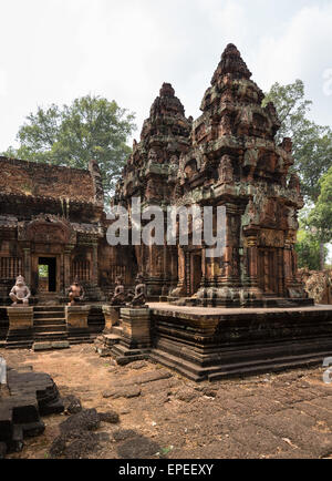 yaksha w chter w chter figuren vor dem mandapa khmer hindu tempel banteay srei angkor region. Black Bedroom Furniture Sets. Home Design Ideas
