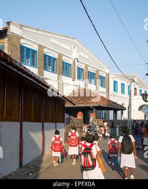 Schulmädchen in uniform zu Fuß in einer Straße in der historischen Stadt Galle, Sri Lanka, Asien - Stockfoto