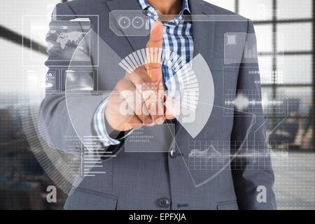 Zusammengesetztes Bild des fokussierten Geschäftsmann zeigte auf Schnittstelle - Stockfoto