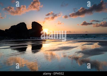 Sonnenuntergang über dem Meer-Stacks auf Porthcothan Bucht an der Nordküste von Cornwall - Stockfoto