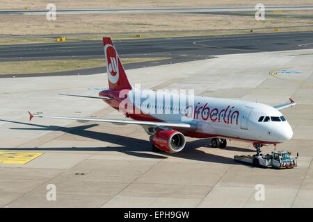 Air Berlin Airbus A320 Flugzeug wird geschoben-zurück am Flughafen Düsseldorf International, Deutschland. - Stockfoto
