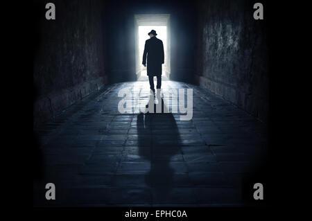 geheimnisvoller Mann in der silhouette - Stockfoto