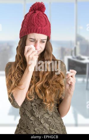 Blasse kranke Frau mit einer Grippe zu überprüfen, ob sie Fieber mit einem Thermometer in einem Büro hat - Stockfoto