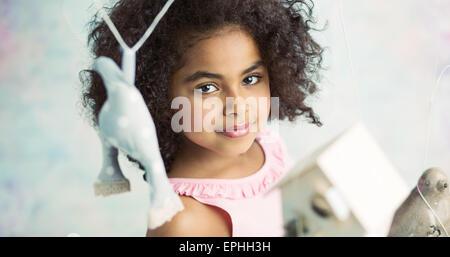 Kleine süße Mädchen spielen Holzspielzeug - Stockfoto