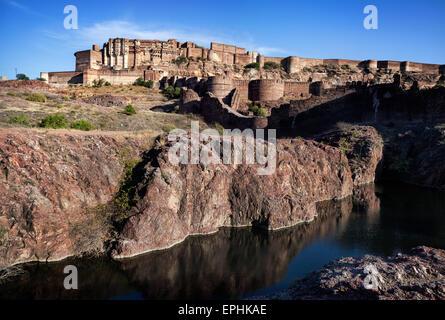 Mehrangarh Fort auf dem Hügel am blauen Himmel in Jodhpur, Rajasthan, Indien