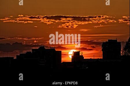Silhouette der Gebäude in orange sunset, Gebäude-Silhouetten in farbenfrohen Sonnenuntergang am Abend in der Stadt, - Stockfoto