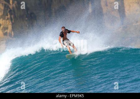 Indonesien, Insel Lombok, Surfen Mann - Stockfoto