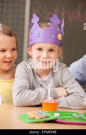 Porträt des Lächelns Schulmädchen feiert Geburtstag im Klassenzimmer - Stockfoto