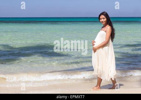 Schwangere Frau am Strand - Stockfoto