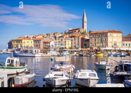 Boote im Hafen von Rovinj, Kroatien an der Adria zu schweben und die bunte Altstadt bietet eine Kulisse - Stockfoto